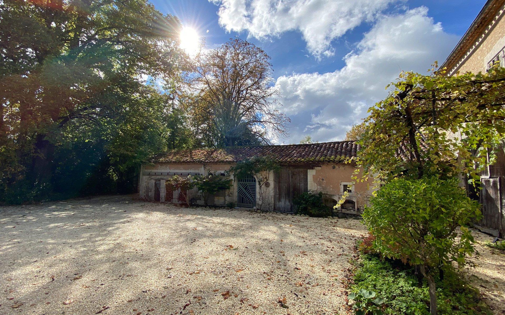Manoir Beaulieu courtyard